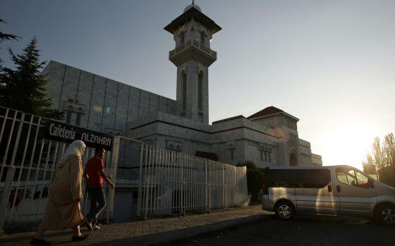 Fachada de la mezquita madrileña de la M-30 al atardecer.