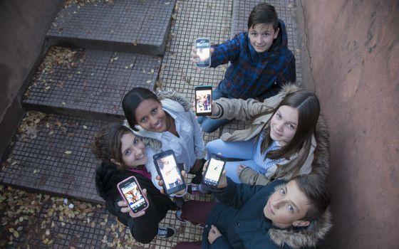 Sara, Sauditu, Hugo, Isa y Kacper muestran sus móviles.