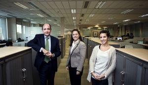 Ramón Castresana, director de recursos humanos, y las empleadas Paz Montes y Teresa Roch.