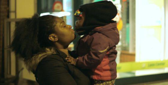 Peggy y su hija, en un frame del documental '23 30, una historia cautiva'.