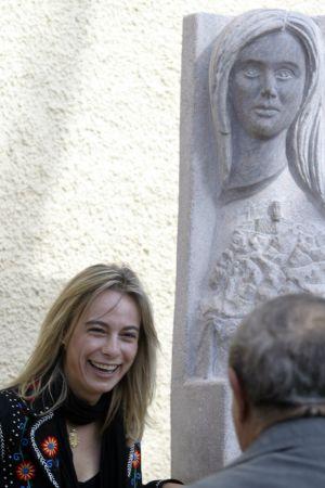 Sonia Castedo junto a la talla en su honor, erigida en Verdegás en 2008.