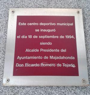 Placa con el nombre del exalcalde Romero de Tejada en Majadahonda.