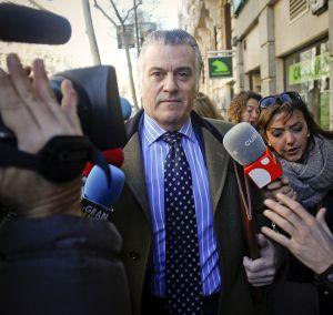 Luis Bárcenas saliendo de su domicilio en Madrid.