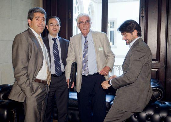Daniel Osàcar, tercero por la izquierda, extesorero de CDC y exadministrador de la fundación CatDem, en el 'Parlament', en 2010.