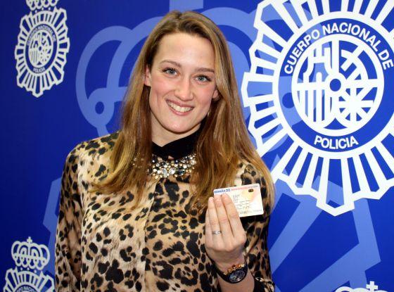 La nadadora Mireia Belmonte con el nuevo DNI.