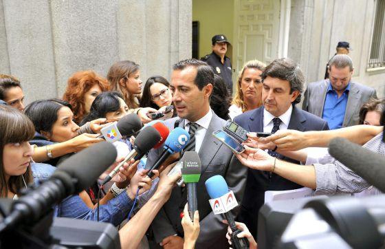 Victoria atiende a la prensa a las puertas del Tribunal Supremo, en agosto de 2013.
