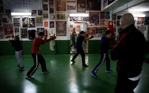 El exboxeador Sento Martínez entrena a 10 menores en el club de boxeo San Cristóbal (Valencia).