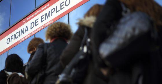Mujeres en la cola del Inem en Madrid.