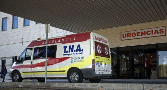 Una ambulancia a la puerta de un hospital