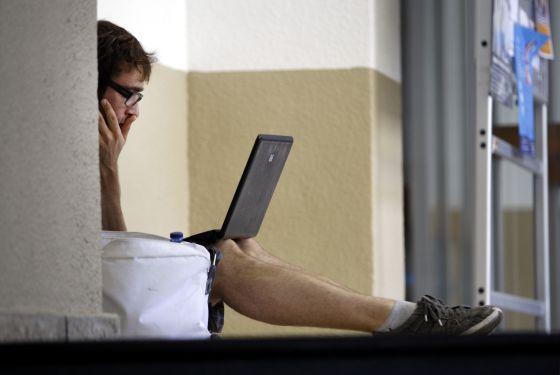 Un alumno en un pasillo de la Universidad Complutense.