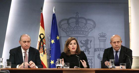 Saénz de Santramaría, tras el Consejo de Ministros con los titulares de Educación, Jose Ignacio Wert (d) y de Interior, Jorge Fernández Díaz.