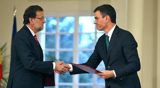 Rajoy y Sánchez se estrechan la mano tras la firma del pacto antiterrorista en La Moncloa.