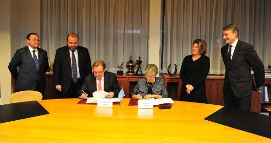 Juan Luis Cebrián e Irina Bokova durante la firma. A la izquierda, Andrés Cardó y José Luis Sainz.