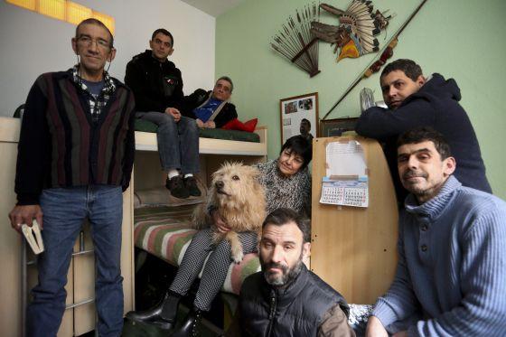Gloria Iglesias, con algunos de sus actuales compañeros de piso en la casa de acogida que creó hace 15 años.