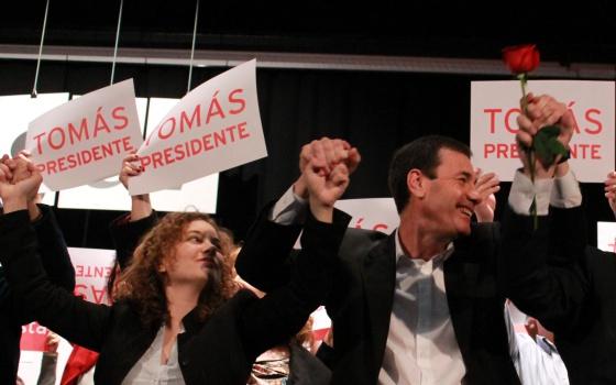Eva Matarín, secretaria de Inmigración del PSOE, Tomás Gómez y Antonio Miguel Carmona, en la Convención Autonómica de los socialistas madrileños.