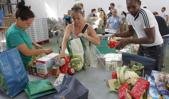 Reparto de alimentos en un centro de Cáritas en Valencia.