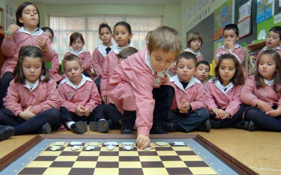Alumnos del colegio Ludy, en Ferrol (A Coruña), durante la clase de ajedrez, en diciembre de 2012.