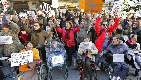 Protesta contra los recortes a la dependencia en Valencia.