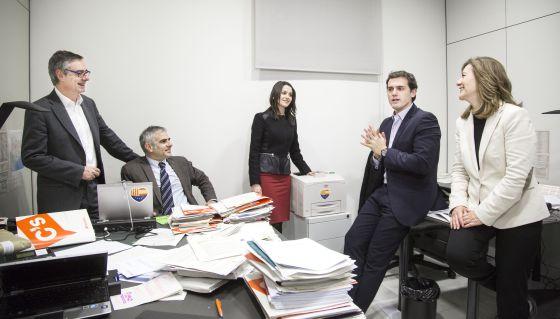 De izquierda a derecha, los diputados de C's Carina Mejías, Albert Rivera, Inés Arrimadas, Carlos Carrizosa y José Manuel Villegas en su despacho.