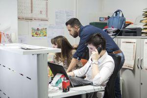 Tres miembros de C's en la sede del partido en Barcelona.