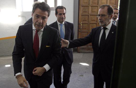 A la derecha, Francisco Javier Vieira, presidente del Tribunal Superior de Madrid, con Ignacio González, presidente de la Comunidad. Detrás, el consejero de Justicia, Salvador Victoria.