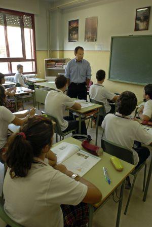 Un profesor imparte una clase de Educación para la Ciudadanía en Jaén.