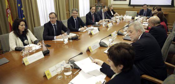 El ministro Alfonso Alonso y delegados de las autonomías, este lunes.