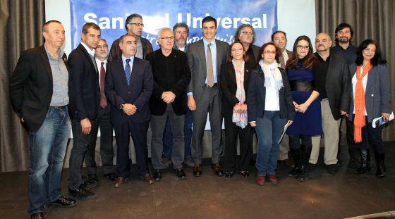 El líder del PSOE, Pedro Sanchez, con otros representantes políticos durante el acto de compromiso para restituir la sanidad universal.