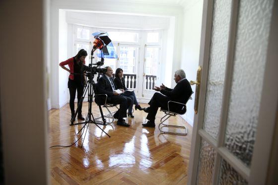 Momento de la entrevista con Felipe González