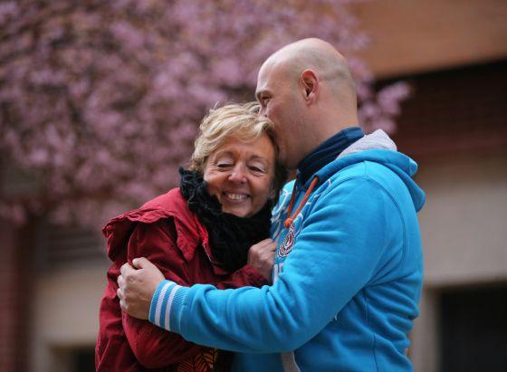 Francisco Javier Juárez abraza a su madre de acogida, Yeny Zaera, 30 años después.