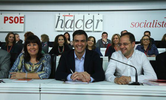Pedro Sánchez (centro), en una reunión del Comité Federal del PSOE.