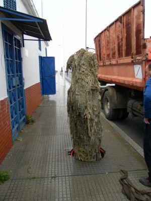 Acumulación de toallitas y otros residuos en una arqueta de Huelva.
