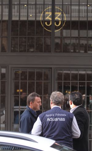 Agentes de Aduanas ante la casa de Rodrigo rato.