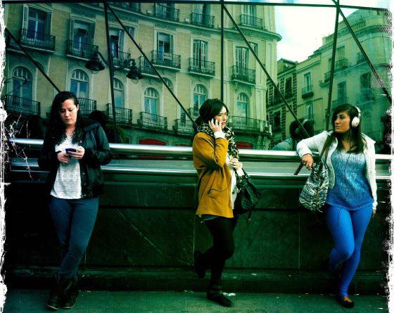 Dos mujeres utilizan el móvil en el centro de Madrid.