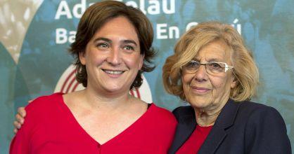 Ada Colau (izquierda) y Manuela Carmena, en el Círculo de Bellas Artes de Madrid.