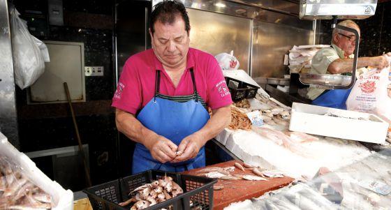Puesto de pescado en el mercado de Antón Martín.
