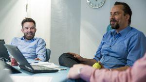 Tobias Holmqvist (esquerda) com seu chefe, Jonas Strömfelt, durante uma reunião na Swedish Space Corporation em Estocolmo.