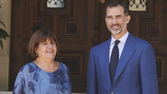 El Rey Felipe VI recibe a la presidenta del Parlamento Balear, Xelo Huertas (Podemos), en julio de 2015.