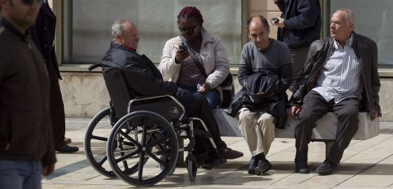 Varios jubilados, en un espacio público del centro histórico de Málaga.