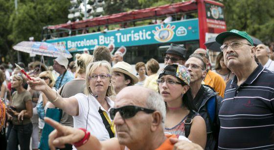 Grupos de turistas en frente de la Sagrada Familia de Barcelona.
