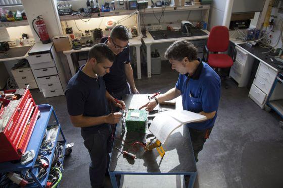 Alumnos de Formación Profesional haciendo prácticas en una fábrica de Getafe (Madrid) en 2013.