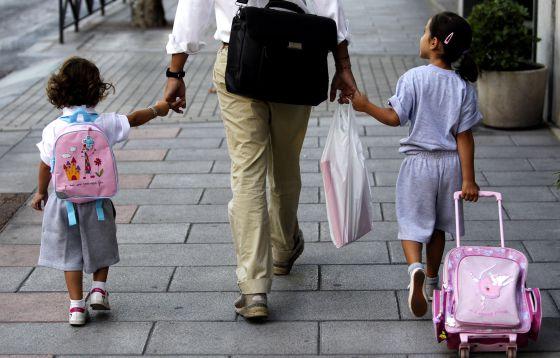 Un padre lleva a sus hijas al colegio en Madrid