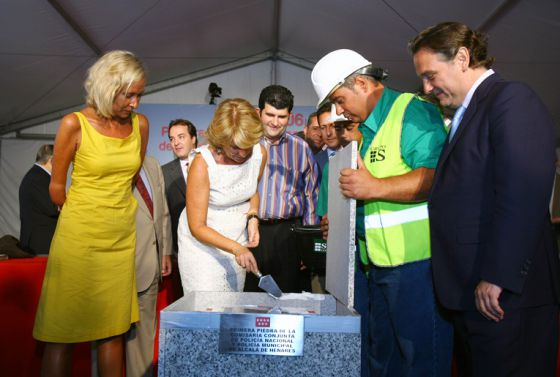 Esperanza Aguirre coloca la primera piedra de la comisaría de Alcalá de Henares.