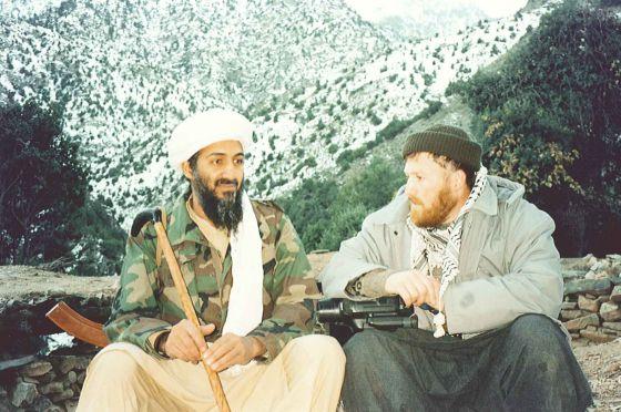 Mustafá Setmarian junto a Osama Bin Laden en las montañas de Tora Bora (Afganistán) en 2001.