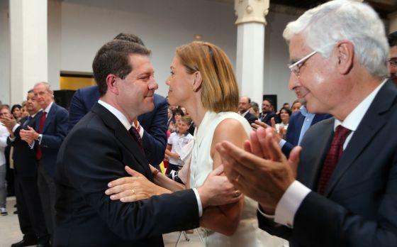 García-Page (PSOE), felicitado por María Dolores de Cospedal el pasado 4 de julio en la toma de posesión como presidente de Castilla-La Mancha.