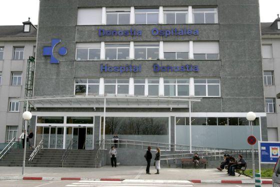 Entrada principal del Hospital Donostia, en San Sebastián.