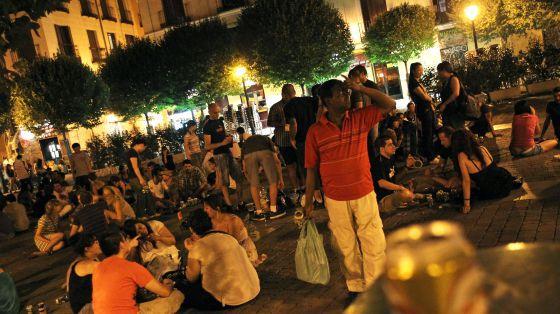 Un botellón en la plaza del 2 de mayo de Madrid en 2012.