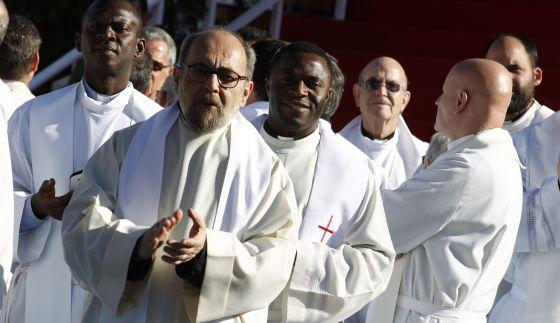 Sacerdotes en la plaza de Colón (Madrid) en la misa de celebración de la Sagrada Familia