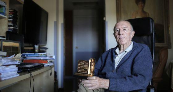 Juan de la Cierva sostiene su Oscar de Hollywood