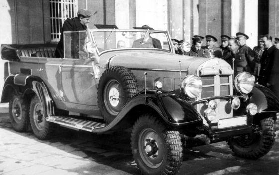 Franco examina el Mercedes de 1930 que le regaló Hitler en 1940